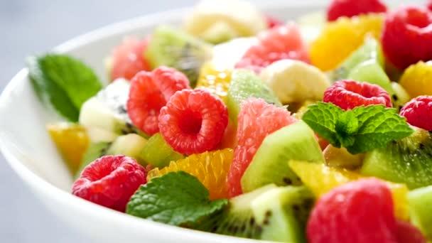 friss egészséges gyümölcssaláta tálban