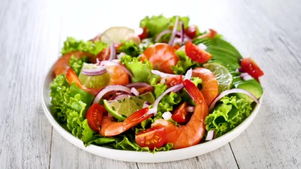 krevetový salát se salátem, rajčaty a cibulí
