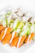Friss finom egészséges saláta, zeller, sárgarépa és hús a wh