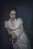 Geisterfrau in weißen viktorianischen Kleid. Halloween-Szene