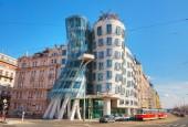 Praha Česko - 10. dubna 2018: Nationale Nederlanden v Praze, budova má Přezdívka Tančící dům nebo Fred a Ginger