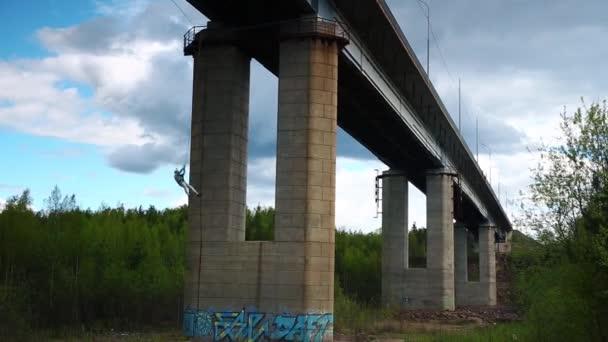 Mann springt von Brücke zum Bungee-Jumping