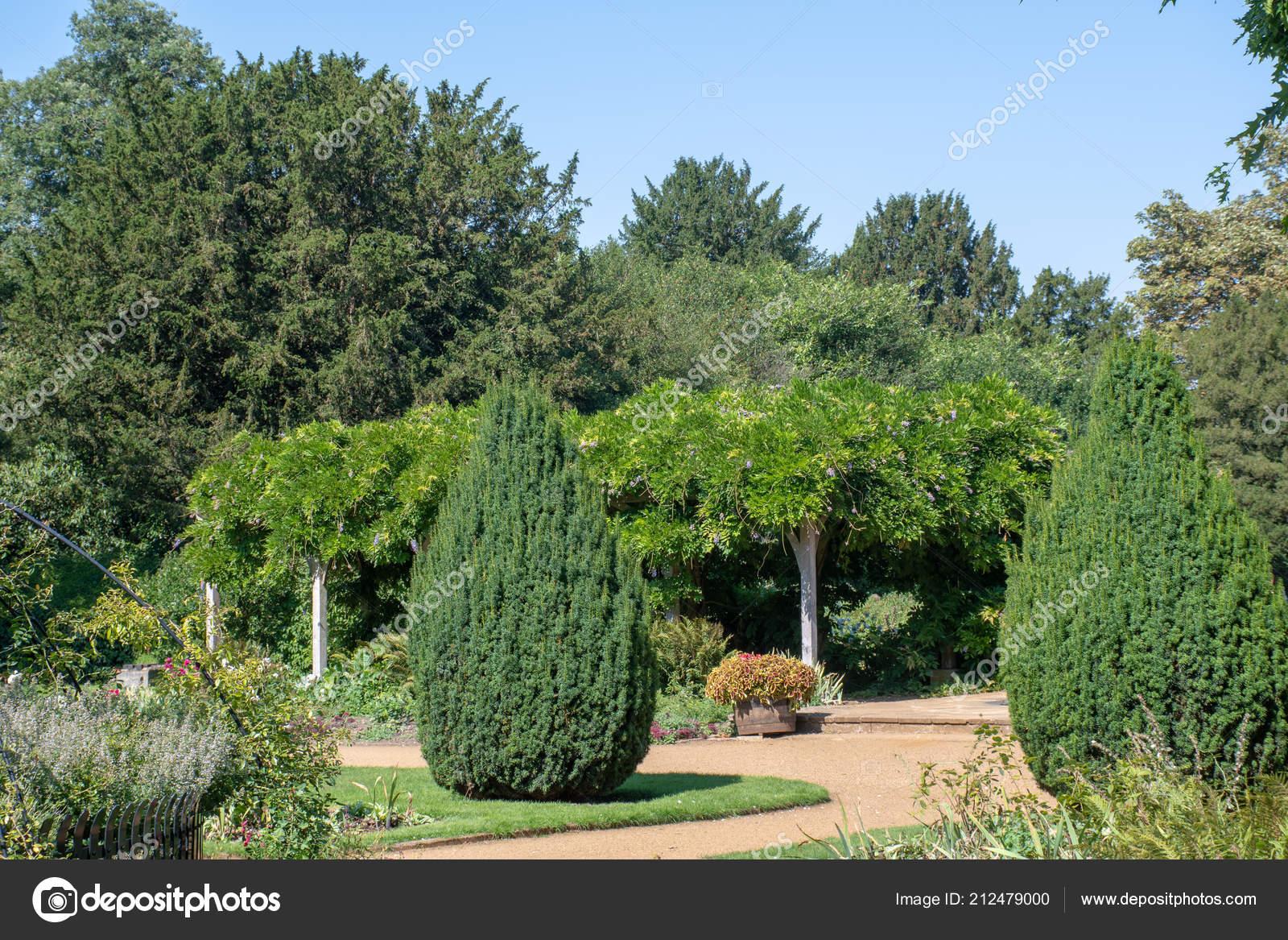 Traditioneller Englischer Garten Mit Laube Und Bäume Stockfoto