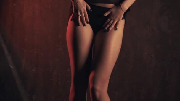 Sinnliche Frau in dunkle Unterwäsche