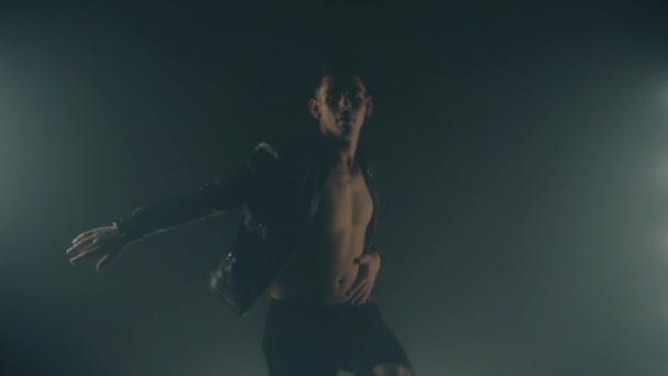 Szexi férfi tánc a füst