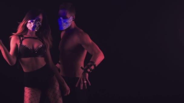 Mann und Frau tanzen in Totenkopfmasken
