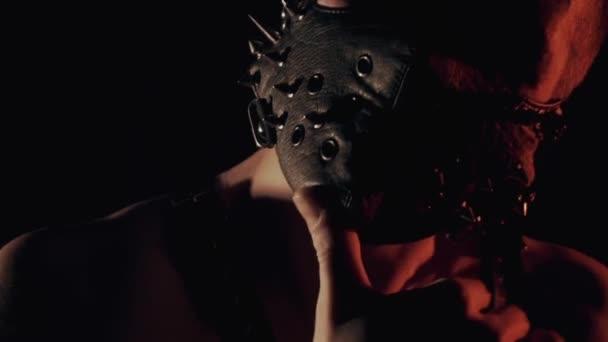 Mann in Maske tanzt