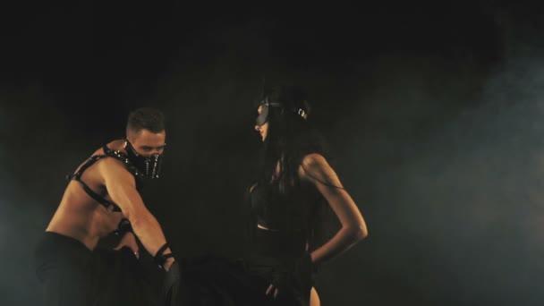 Sexy Mann und Frau in der Maske im Rauch Hintergrund