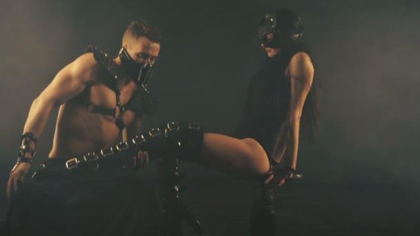 sexy Mann und Frau in Maske in Rauch Hintergrund