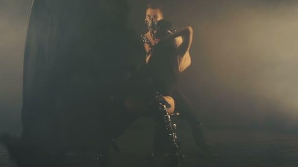 Sexy muž a žena v masce kouřové pozadí
