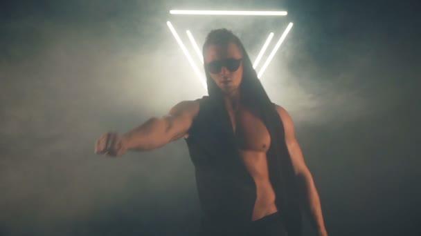 Sexy Mann tanzen in Rauch