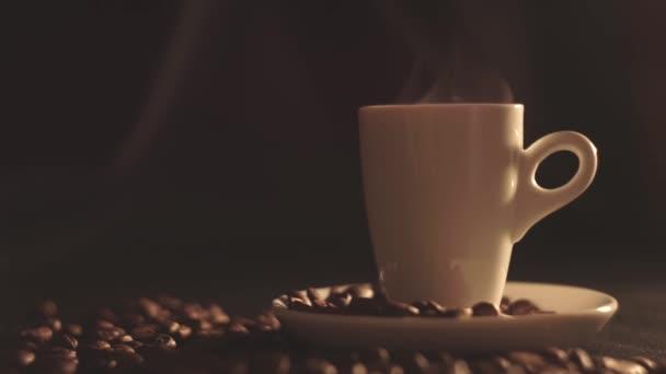 šálek kávy a kávových zrn