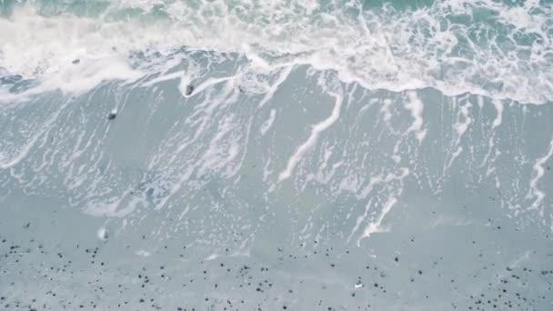 mořské vlny na písčité pláži