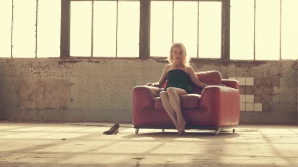 Nő egy piros szék a fénysugarak