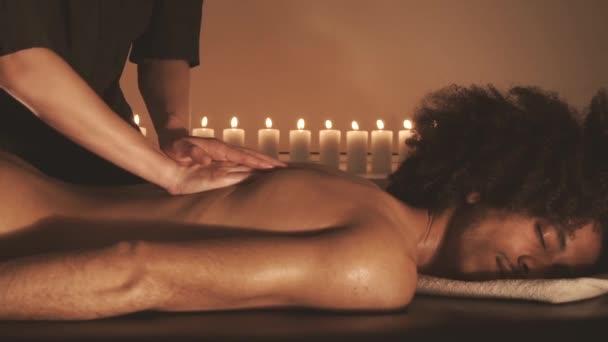 Muž relaxační s masáží v lázních
