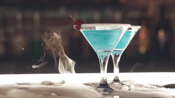 Cocktails mit Trockeneis an der Bar