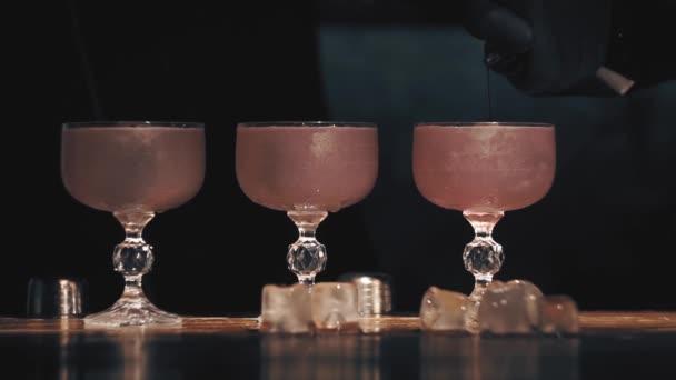 Barmann macht einen Cocktail an einer Bar