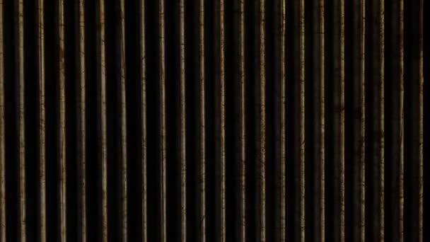svislé čáry pohybující se podél dřevěné vintage pozadí