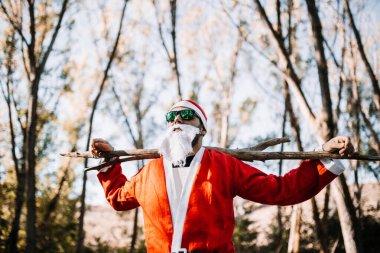 "Картина, постер, плакат, фотообои ""Санта-Клаус в солнцезащитных очках наблюдает за лесом"", артикул 316189392"