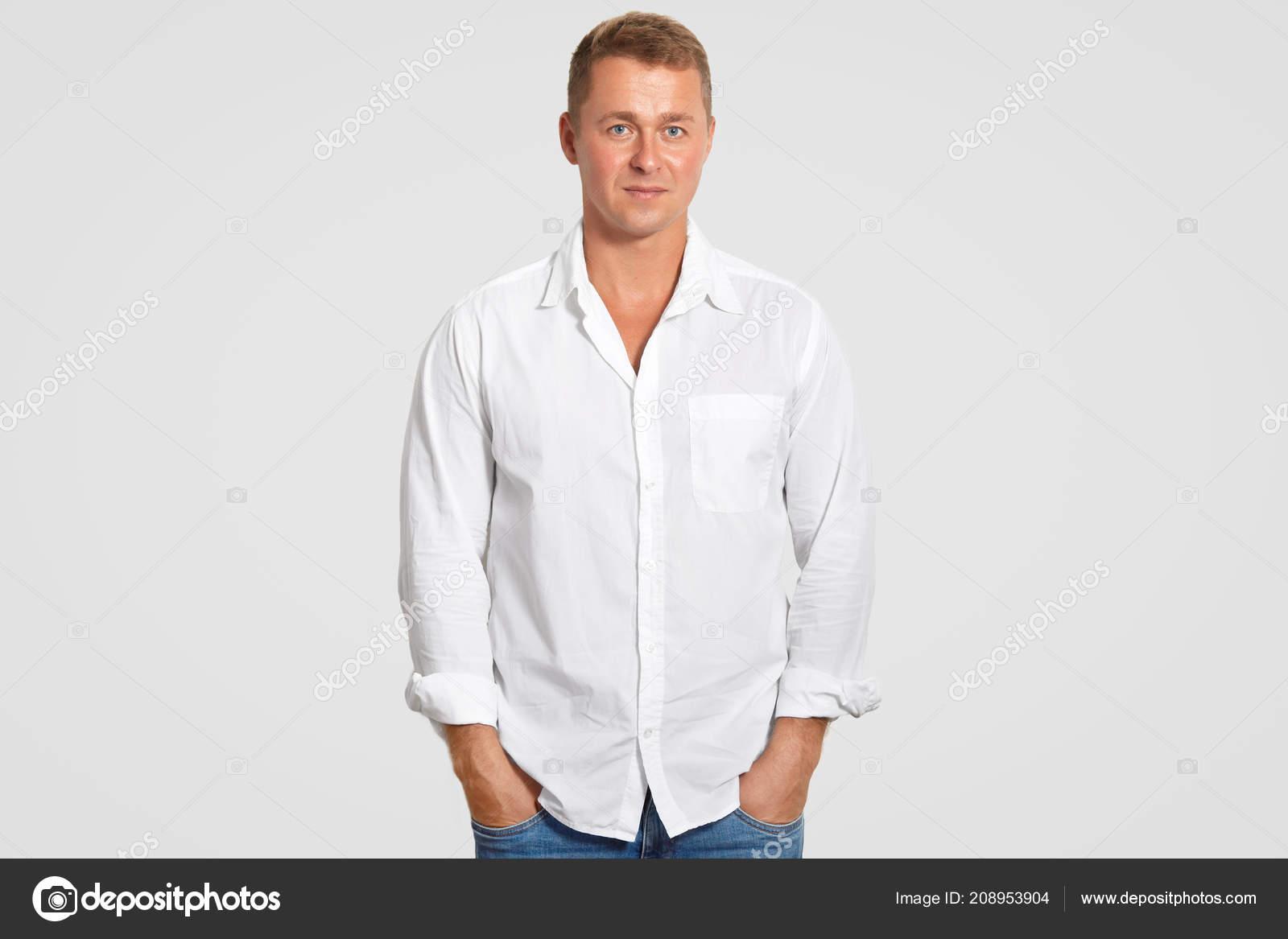 548c39054a6d Όμορφος Νεαρά Αρσενικά Στο Λευκό Πουκάμισο Κρατά Χέρια Στις Τσέπες —  Φωτογραφία Αρχείου