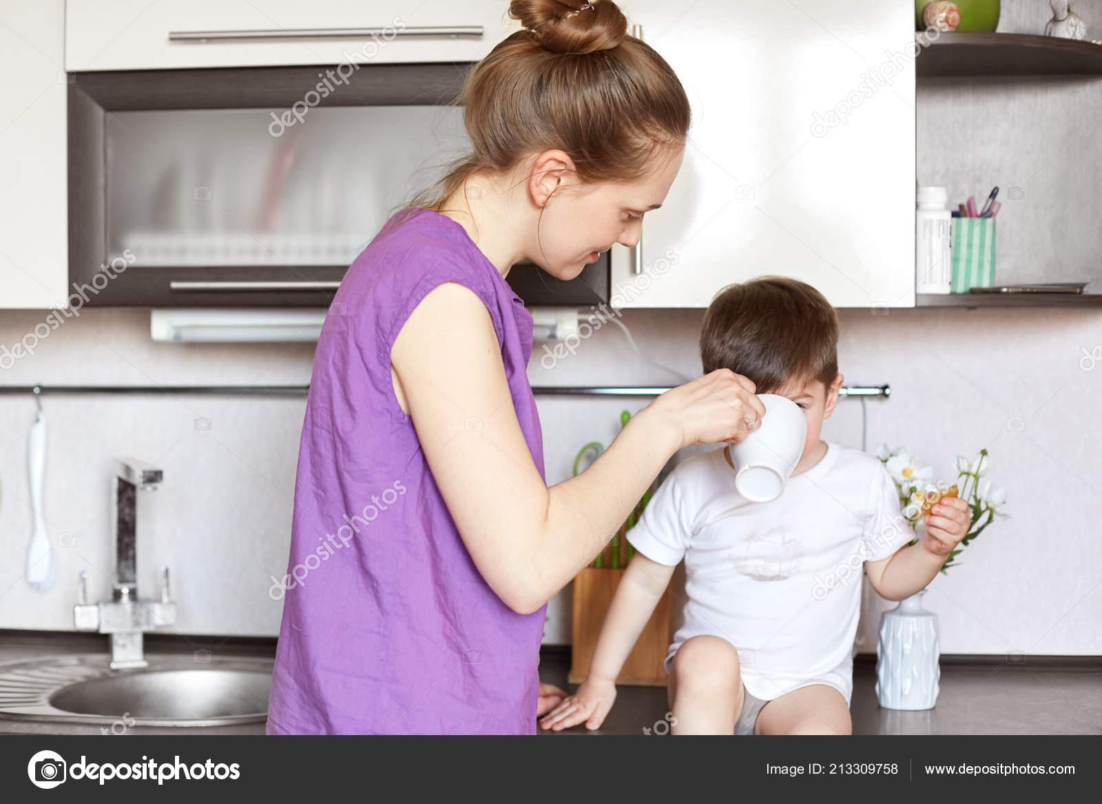 Сын трахнув маму в попу на кухни, Сын ебет маму в жопу на кухне - порно видео онлайн 16 фотография