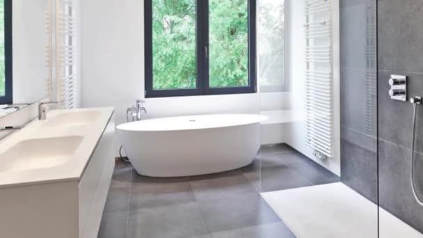 Corian, csaptelep és zuhany a kert felé windows csempézett fürdőszoba káddal