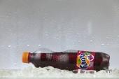 Kuala Lumpur, Malajsie březen - 14, 2017: Může Coca Cola company nealkoholický nápoj Fanta skupina na ledě. Fanta je globální značka ovocných příchutí sycených nealkoholických nápojů vytvořené The Coca-Cola Company