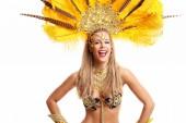 Brazil nő pózol samba ruha felett fehér háttér