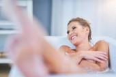 Nahaufnahme einer jungen Frau, die sich in der Badewanne entspannt