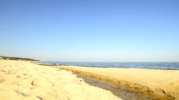 Strand der Ostsee mit Flussmündung