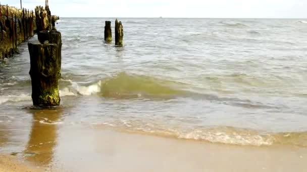 Ostsee, Ustka, Polen, Strand mit Ruine des alten Maulwurfs der deutschen Nazis
