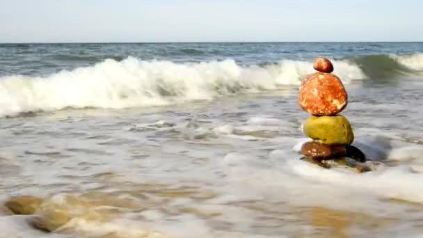 Kamenná pyramida Zen v beach surf