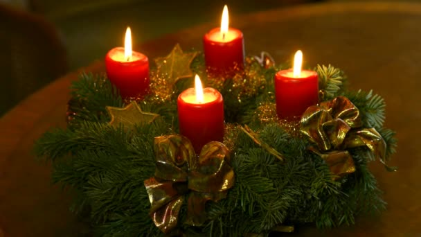 Adventskranz mit brennenden Kerzen und deutschen Christstollen