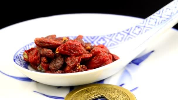 Goji-Beeren auf einem Wendetisch