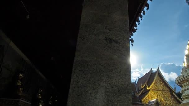 Jasné sluneční světlo na Wat Phra That Doi Suthep. Pamětihodnosti v Chiang Mai, Thajsko