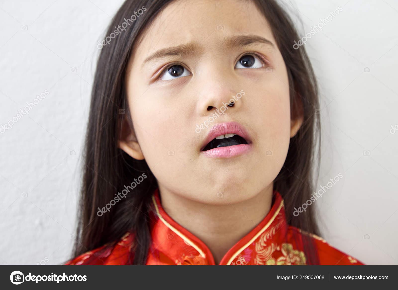 Kleine enge Mädchen Riesiger weißer Hahn-Galerie
