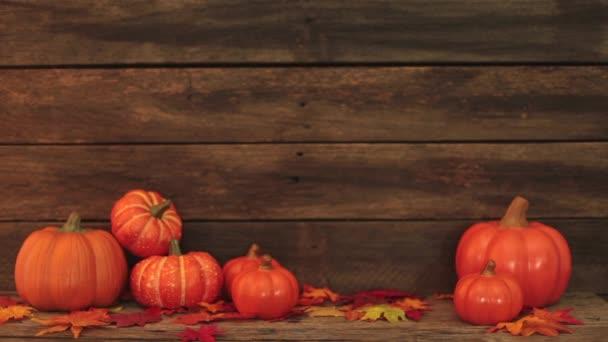 Podzimní listí a dýně, Starý hnědý dřevěný stůl, den díkůvzdání