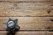 Fényképek Sheriff csillag a fából készült asztal