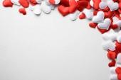 Fotografie Rote und weiße Textilien Herzen auf weißem Hintergrund