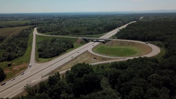 Letecký pohled na dálniční silniční křižovatku na venkově se stromy