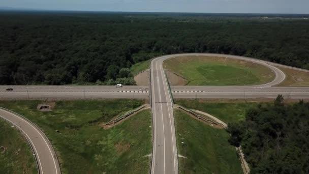 Letecký pohled na dálniční křižovatku na venkově se stromy