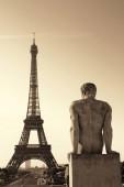 Eiffelova věž s socha slavného města památky v Paříži