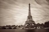 Eiffelova věž a řeky Seiny v Paříži, Francie