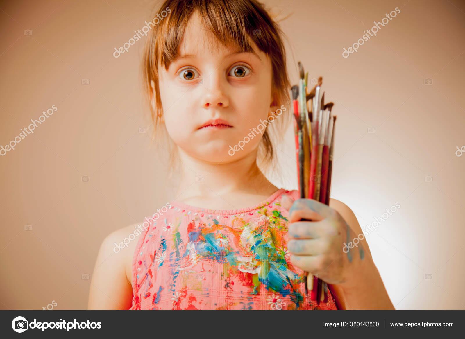 Concept Creativite Education Drole Expression Faciale Mignonne Petite Fille Enfant Photographie Zwiebackesser C 380143830