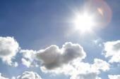 Slunce svítí v oblacích