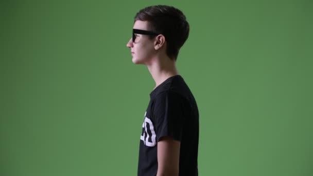 Fiatal jóképű iráni tizenéves fiú zöld háttér