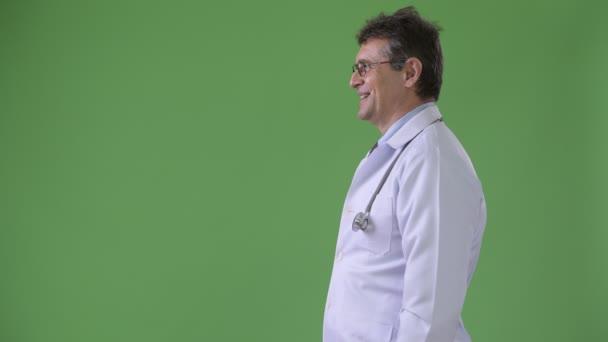 Zralý muž Doktor před zeleným pozadím