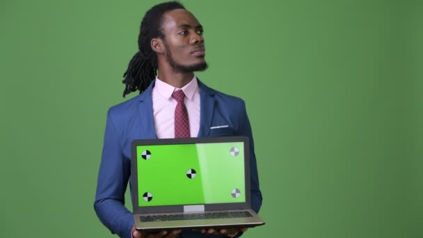 Fiatal csinos afrikai üzletember raszta zöld háttér