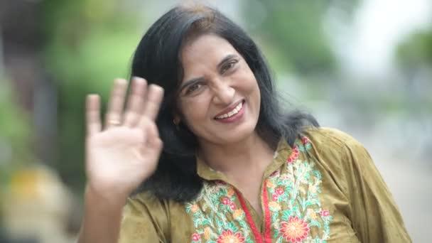 Maturidade Feliz Indiana Mulher Bonita Agitando As Mos No Ar Livre Ruas  Vdeo -5217