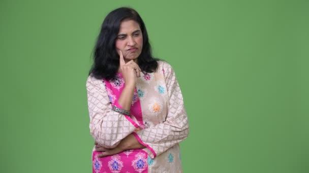 Reife traurig schöne Inderin denken beim Blick nach unten